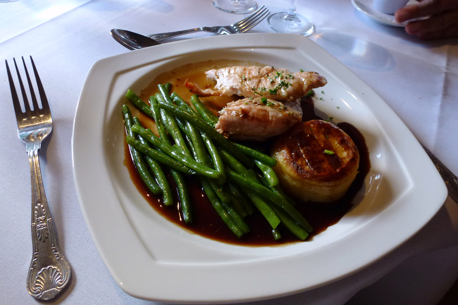 Baked breast of chicken with potato and green beans