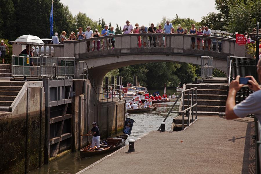 Crowds on the bridge